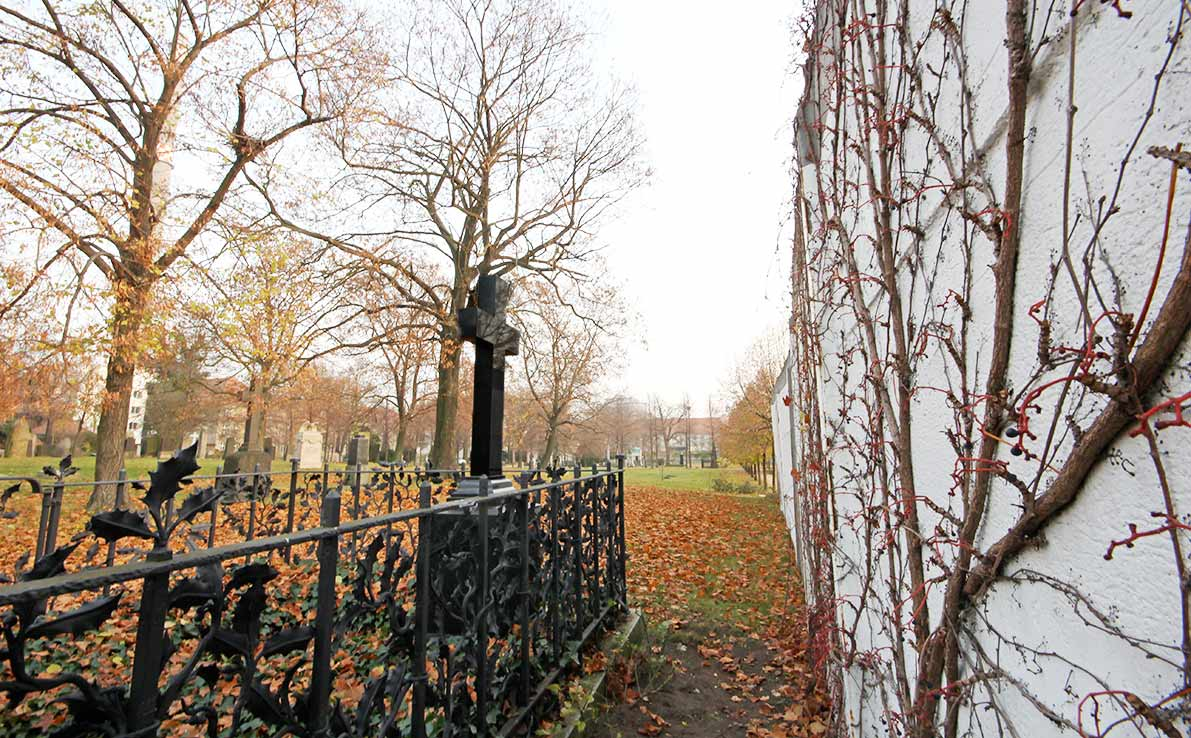 Right by the inner Berlin Wall was the tomb of Prussian theatre-director Georg von Hülsen-Haessler, which was destroyed in 1974. - by SL Wong
